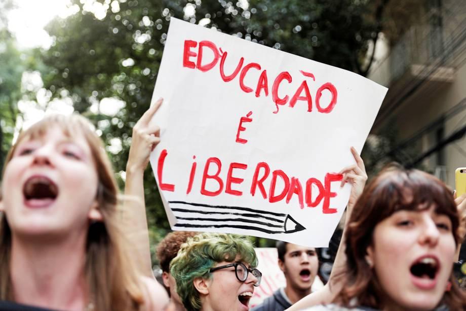 Estudante segura cartaz em defesa da educação durante ato em São Paulo (SP) - 15/05/2019