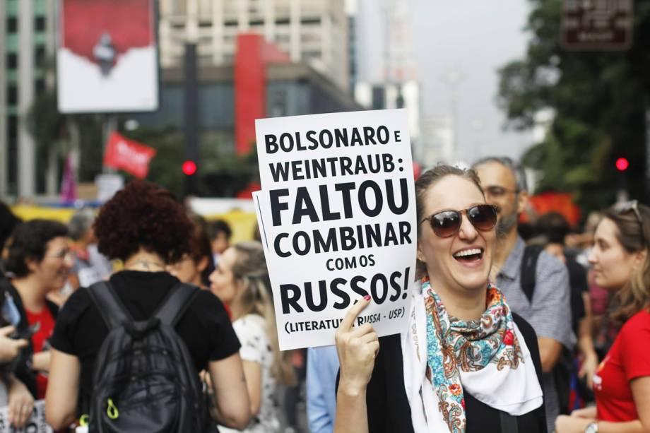 Estudante empunha cartaz com ironia ao presidente Jair Bolsonaro e ao ministro da Educação, Abraham Weintraub, em São Paulo (SP) - 15/05/2019