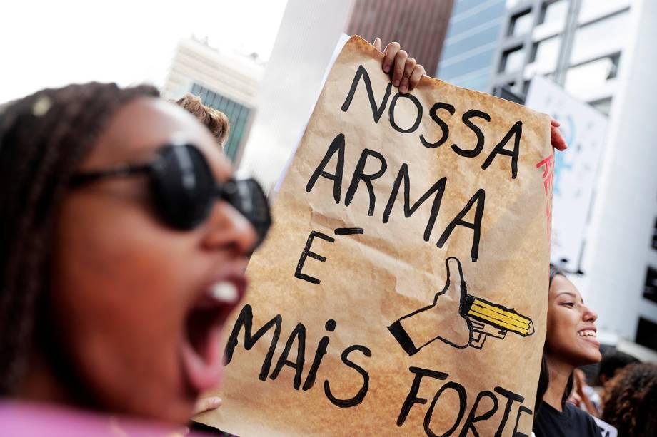 Cartaz em protesto em São Paulo faz referência à bandeira do governo Bolsonaro de defesa das armas (SP) - 15/05/2019