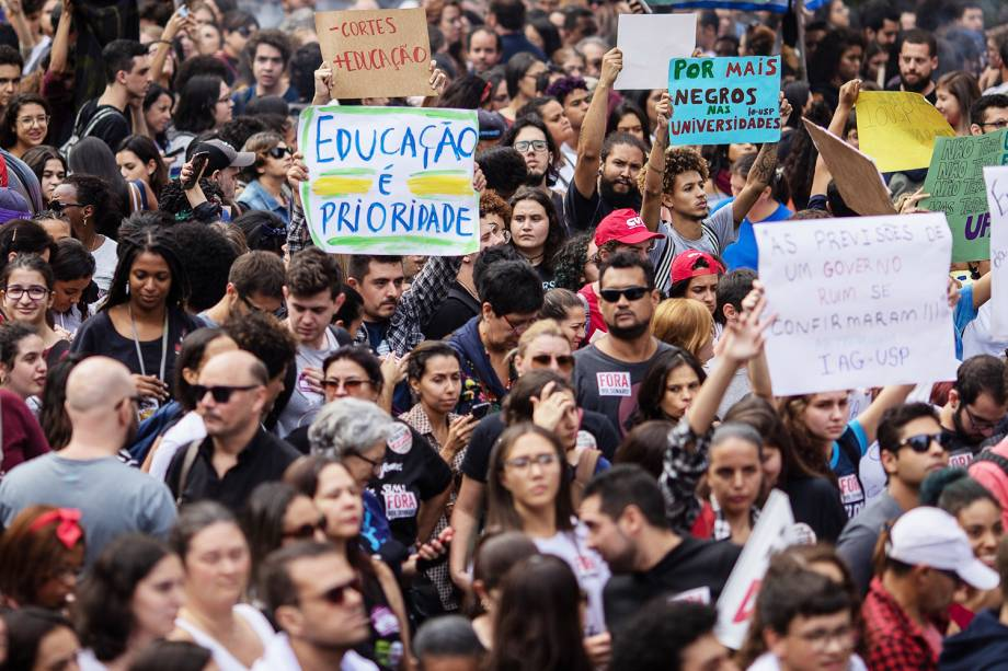 Protesto na Avenida Paulista, em São Paulo, contra o contingenciamento de verbas pelo Ministério da Educação - 15/05/2019