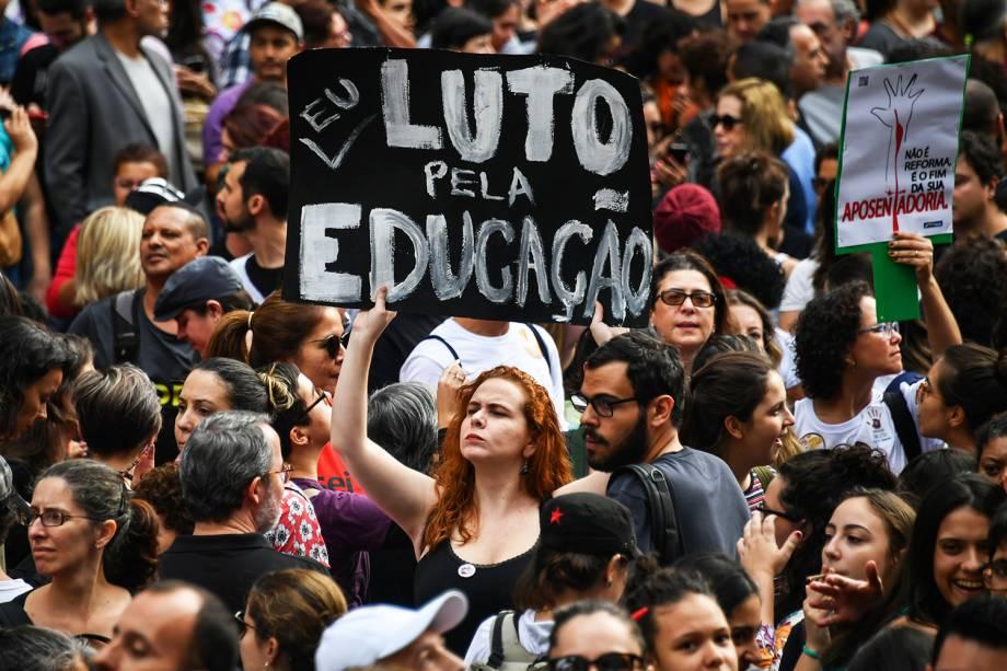 Manifestantes protestam na Avenida Paulista, em São Paulo, contra os cortes na área da educação e pesquisa anunciados pelo governo federal - 15/05/2019