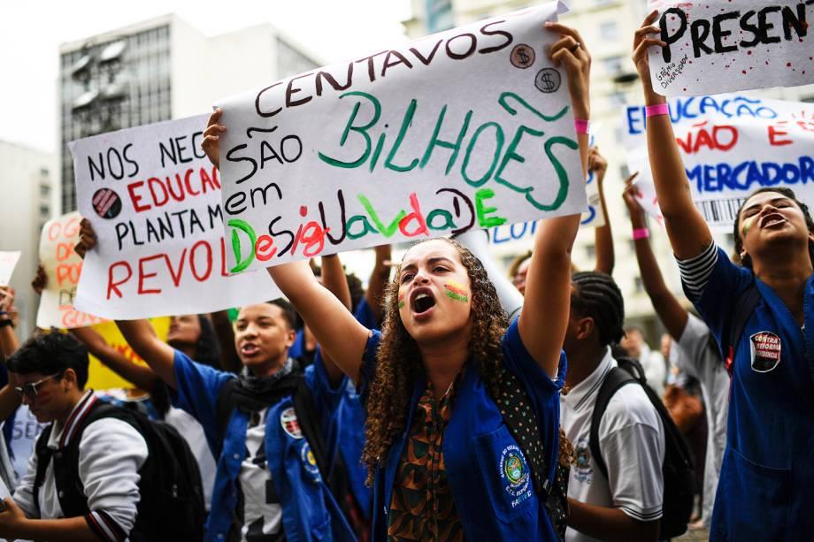 Estudantes empunham cartazes no Rio de Janeiro contra os cortes na área da educação e pesquisa - 15/05/2019