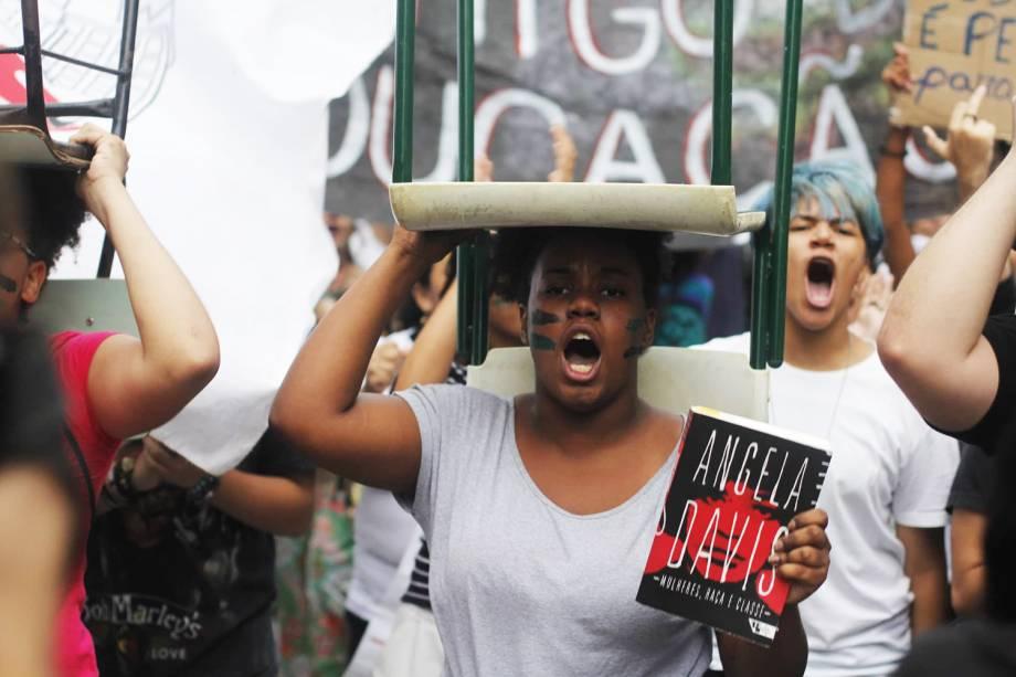 Estudante carrega cadeira durante protestos contra os cortes na área da educação e pesquisa anunciados pelo Governo Federal, na avenida Paulista, em São Paulo (SP) - 15/05/2019