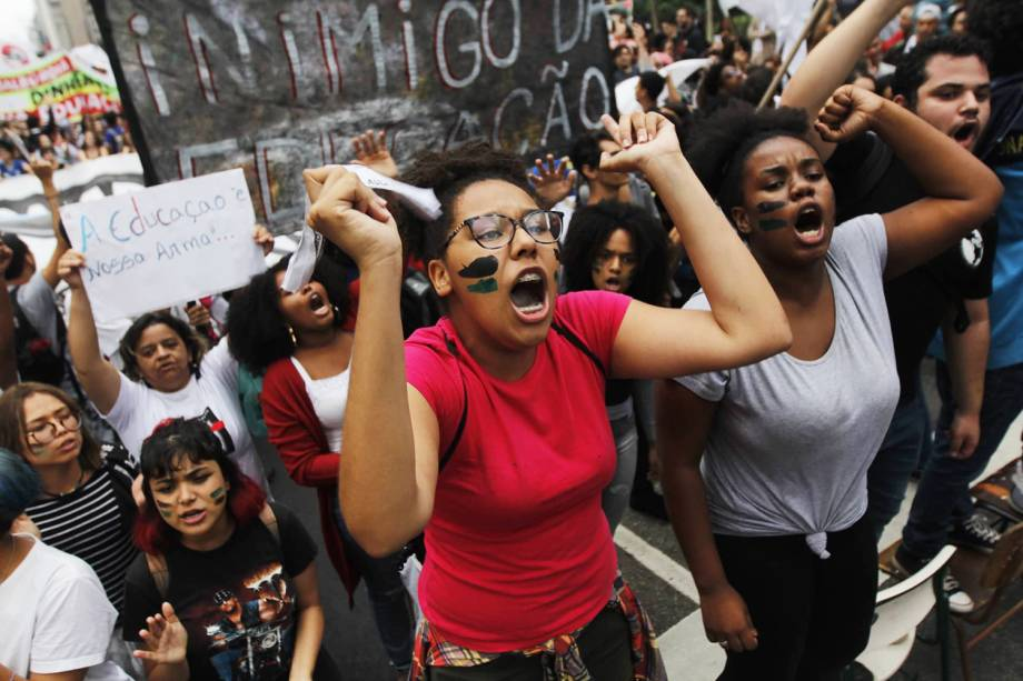 Estudantes gritam palavras de ordem durante protesto contra os cortes na área da educação e pesquisa anunciados pelo Governo Federal, na avenida Paulista, em São Paulo (SP) - 15/05/2019
