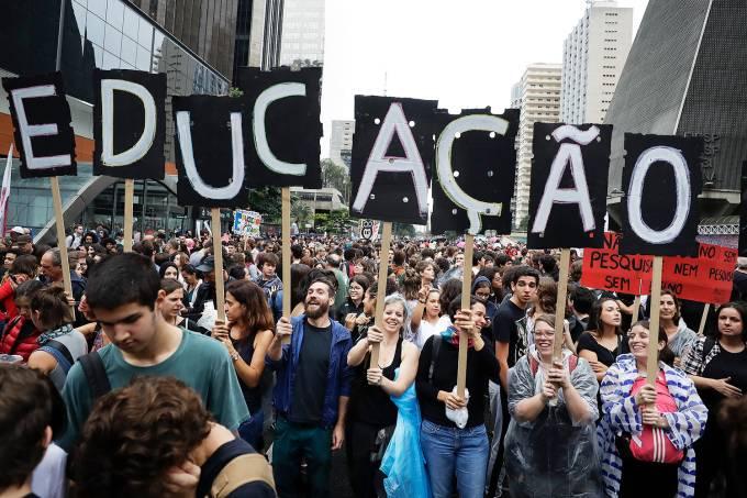 Protesto contra corte de verbas em universidades