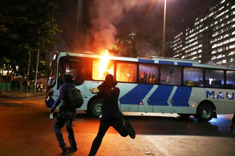 Manifestantes atiram pedras e coquetel molotov em ônibus durante protesto contra o corte de verbas de universidades, no Rio de Janeiro (RJ) - 15/05/2019