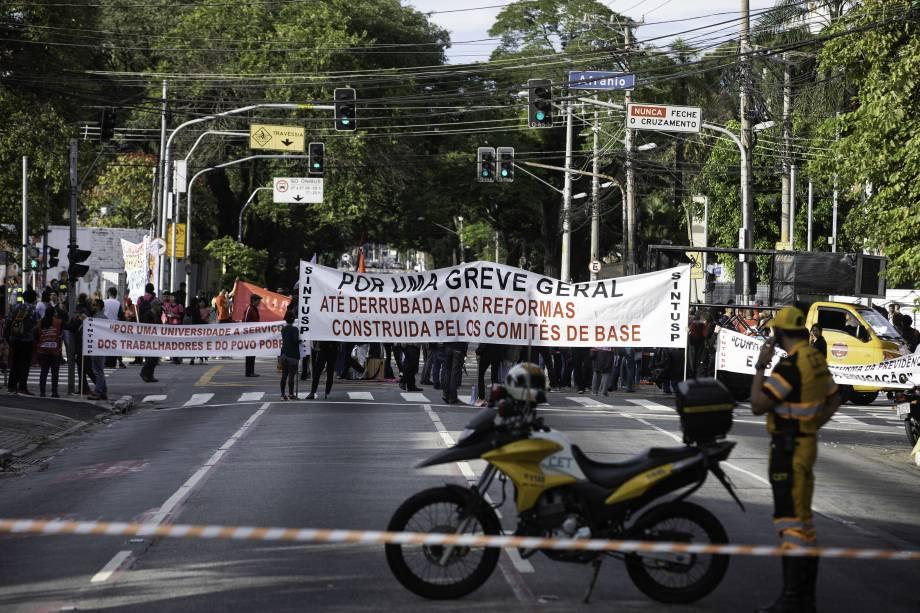 Estudantes fazem ato em frente à entrada principal da USP, na Zona Oeste de São Paulo - 15/05/2019