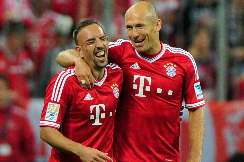 Arjen Robben e Franck Ribéry comemoram gol durante partida da Bundesliga contra o Borussia Moenchengladbach em 2013 -