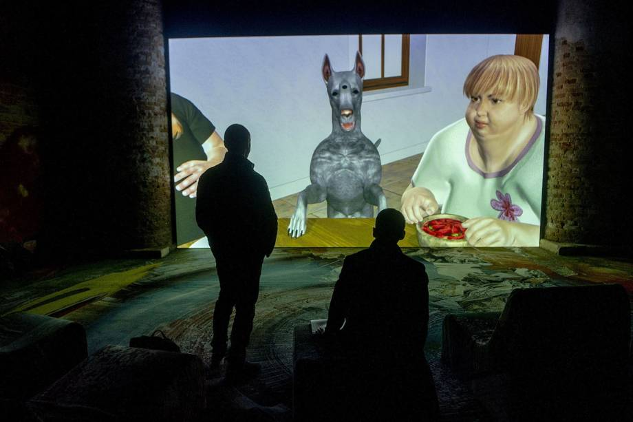 """Visitantes observam obra do artista canadense Jon Rafman, durante a 58ª Bienal Internacional de Arte de Veneza, na Itália. A exposição tem como tema """"May You Live in Interesting Times"""""""