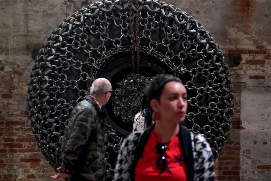 """Visitantes observam a Roda Gigante, do artista afro-americano Arthur Jafa, durante a 58ª Bienal Internacional de Arte de Veneza, na Itália. A exposição tem como tema """"May You Live in Interesting Times"""""""