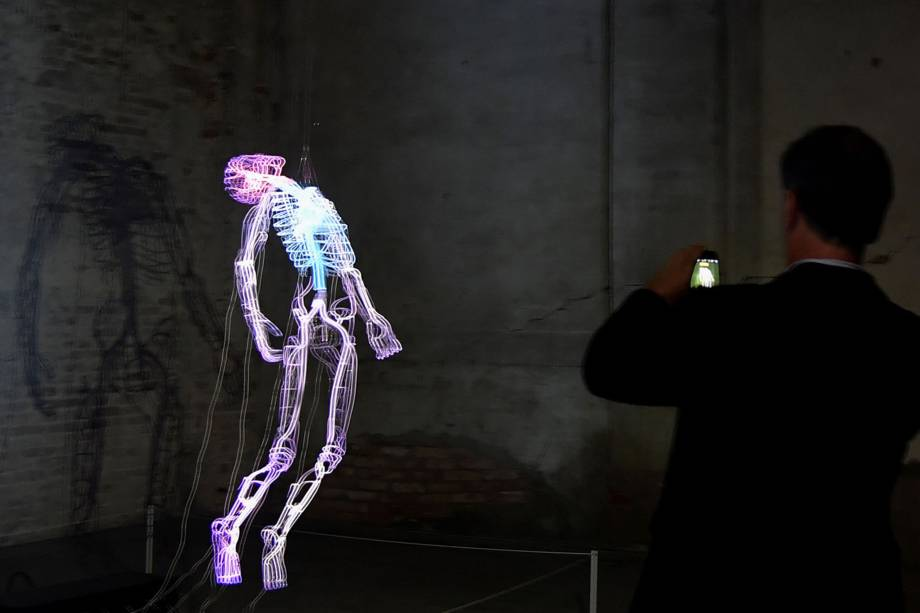 """Obra do artista de Bahamas, Tavares Strachanna, durante a 58ª Bienal Internacional de Arte de Veneza, na Itália. A exposição tem como tema """"May You Live in Interesting Times"""""""