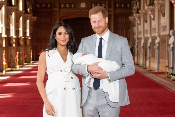 Harry e Meghan posam para foto com o filho