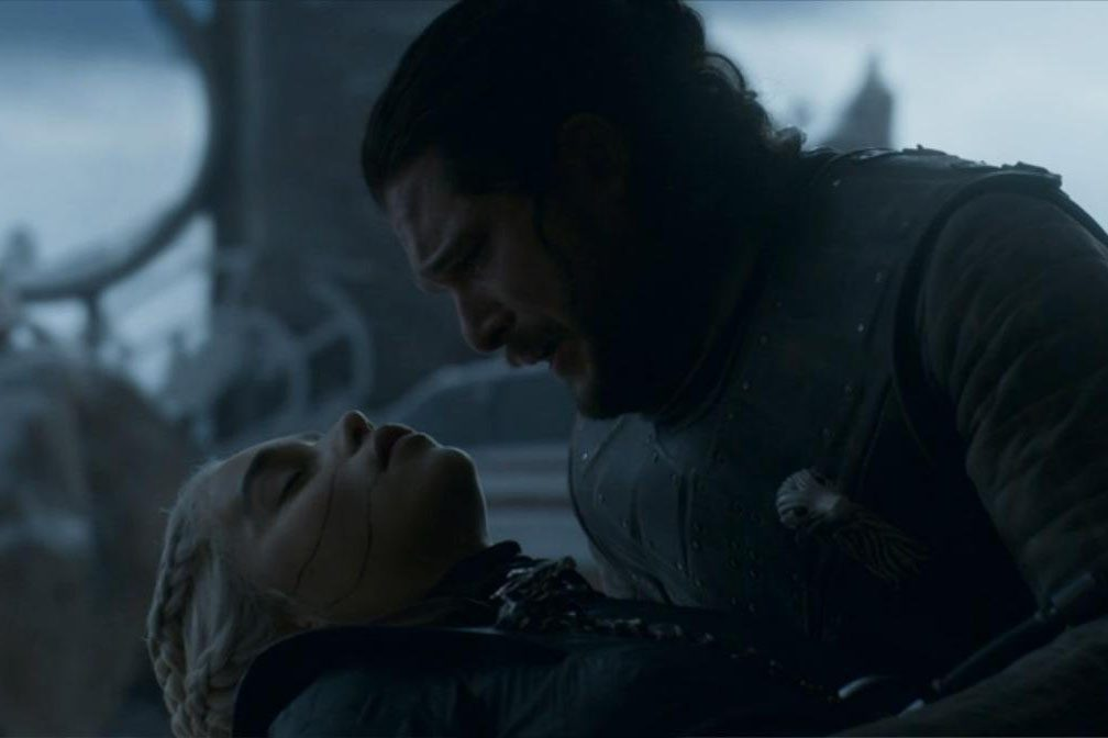 Jon (Kit Harington) segura Daenerys (Emilia Clarke) após assassiná-la no último episódio de 'Game of Thrones'