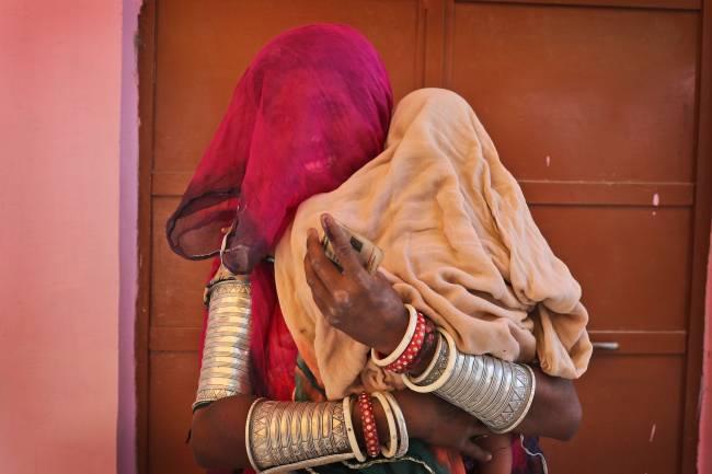 Eleitora segura sua filha depois de votar em Neemrana, no estado indiano de Rajasthan – 06/05/2019