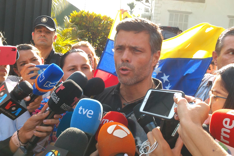 Leopoldo López desembarca em Madri após sair da Venezuela