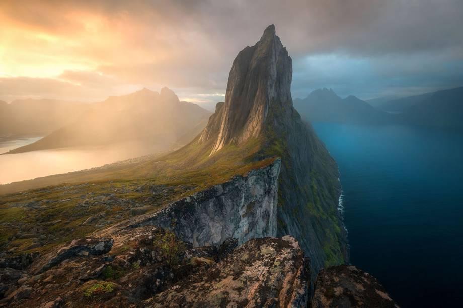 """Imagem vencedora na categoria """"Paisagens, Paisagens Aquáticas e Flora"""" mostra a Iha de Senja, localizada na Noruega"""