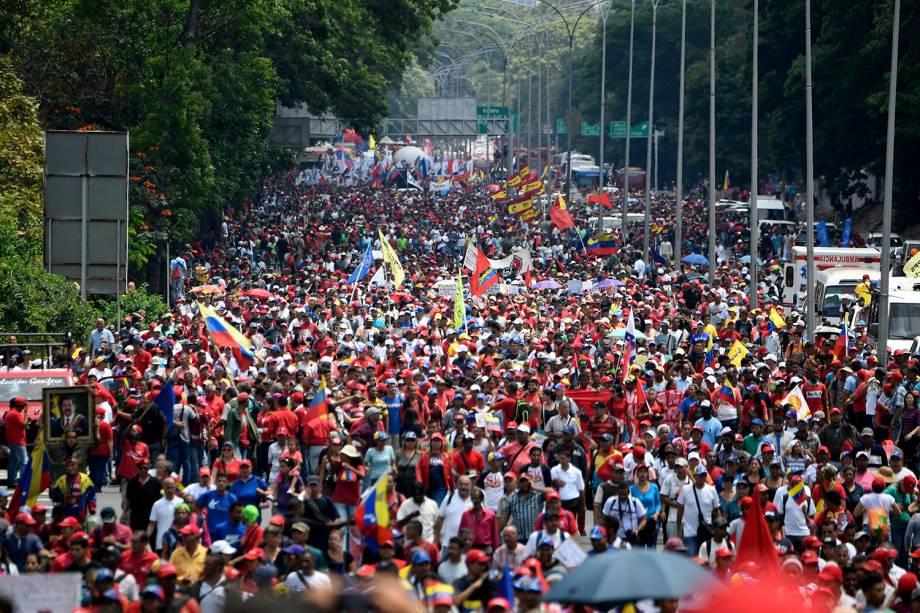 Apoiadores do presidente da Venezuela, Nicolás Maduro, participam de passeata em Caracas - 01/05/2019