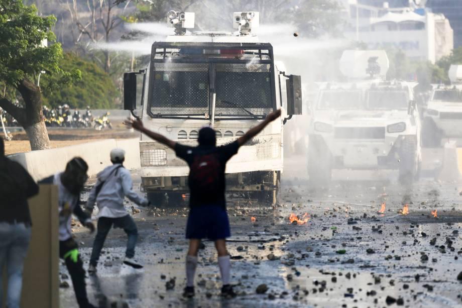 Manifestantes contra o governo de Nicolás Maduro entram em confronto com forças de seguranças em Caracas, capital da Venezuela - 01/05/2019