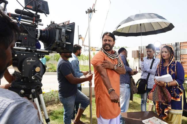 O ator indiano Tinu Varma e a atriz Rani Chatterjee em set de filmagens do filme 'Aasra' – 26/03/2018