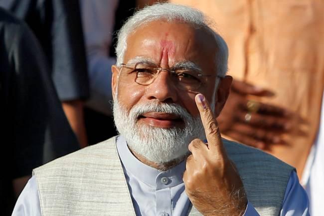 O primeiro-ministro indiano, Narendra Modi, mostra seu indicador marcado com tinta, prova de que já havia votado, em Ahmedabad – 23/04/2019