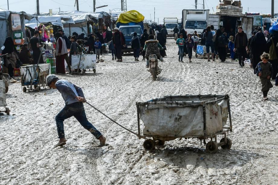 Comércio ambulante é improvisado para atender as necessidades dos moradores