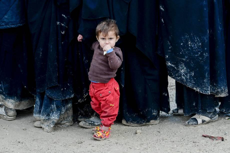Crianças muito pequenas, como esta menina, vivem em condições insalubres