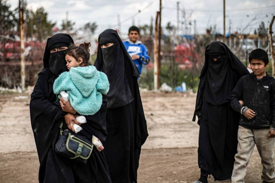 Mulheres estrangeiras caminham dentro do campo de al-Hasakeh, no nordeste da Síria - 28/03/2019