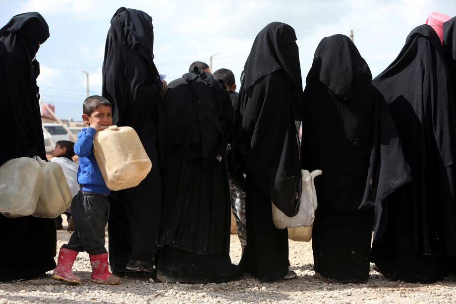 É preciso enfrentar longas filas para se obter água no acampamento