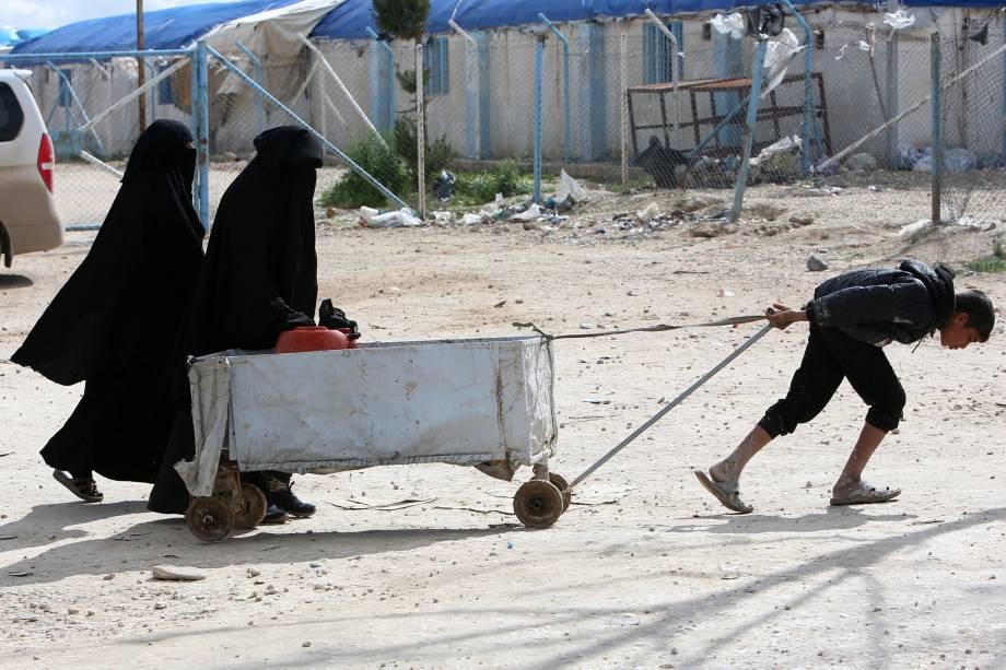 Adolecentes, como este menino, trabalham duro no campo de Al-Hol