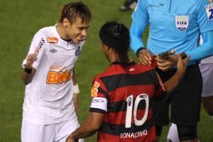 Neymar e Ronaldinho durante jogo entre Santos x Flamengo, partida válida pelo Ca