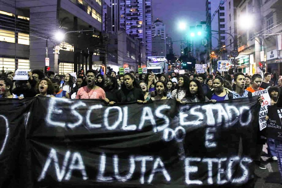 Estudantes carregam faixa durante protesto contra corte de vebas nas universidades, realizado na Av.Brigadeiro Luís Antônio, região central de São Paulo (SP) - 15/05/2019