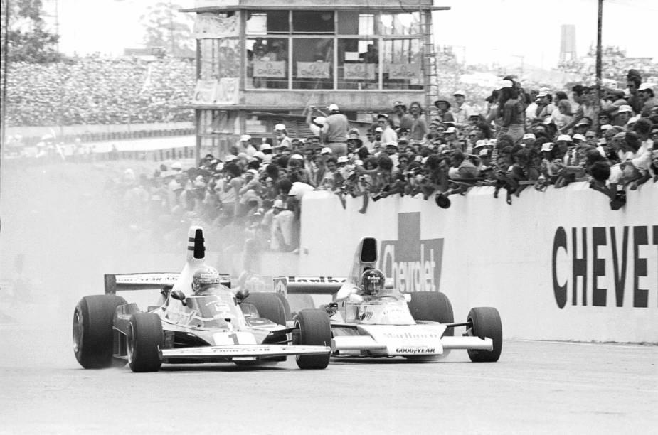 Niki Lauda da Ferrari, à esquerda, disputa posição com James Hunt da McLaren no GP Brasil de F1, no Autódromo de Interlagos. 1976