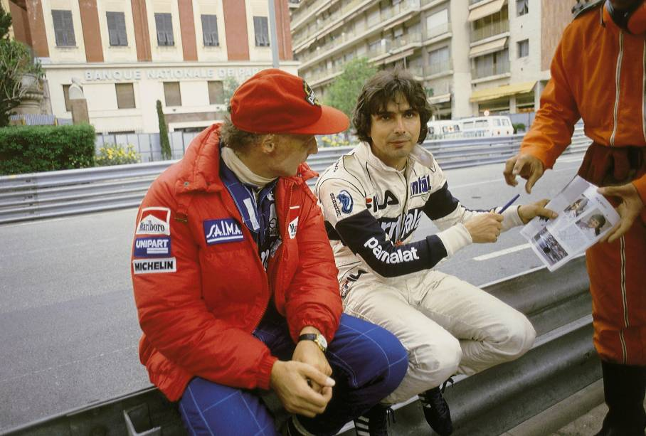 Niki Lauda e Nélson Piquet, sentados no guard-rail, no GP de Mônaco de 1987