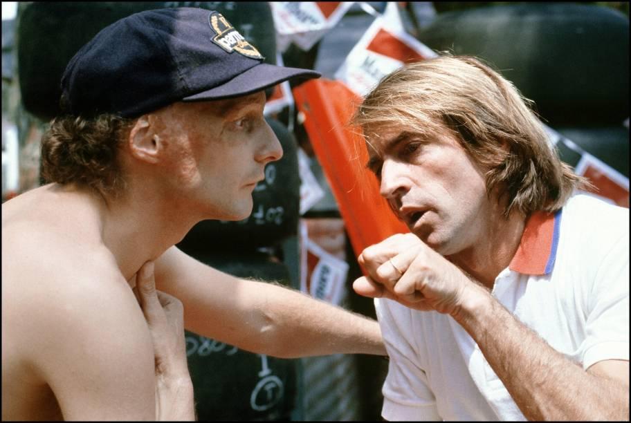 Niki Lauda conversa com o piloto francês Jacques Laffite durante os treinos para o GP de Mônaco de 1982