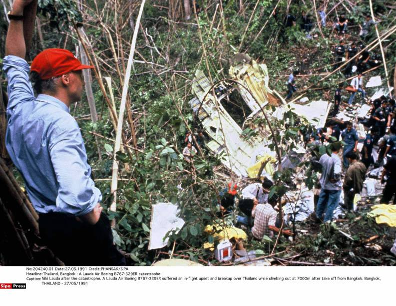 Niki Lauda observa trabalhos de resgate de um acidente de avião da sua companhia em Bangcoc, na Tailândia 27/05/1991