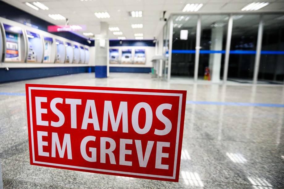 Agências bancárias amanhecem fechadas em Curitiba,  após bancários aderirem à greve geral convocada por sindicatos contra a Reforma da Previdência - 14/06/2019