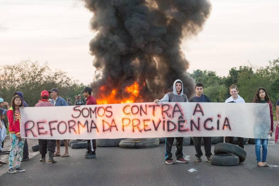 Militantes do MST bloqueiam a BR 290, no Km 124, em Porto Alegre (RS), causando enorme congestionamento, na manhã desta sexta-feira, durante greve geral convocada por sindicatos contra a Reforma da Previdência - 14/06/2019