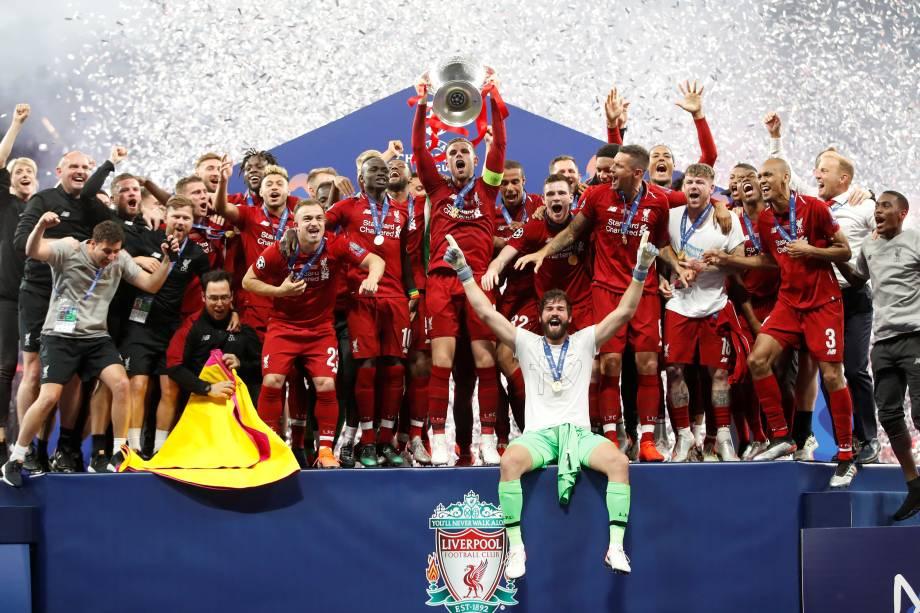 Liverpool supera o Tottenham na final e conquista a liga dos campeões, jogadores comemoram com a taça -  01/06/2019