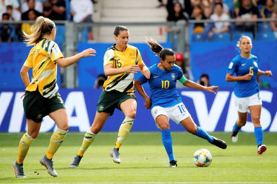 Emily Gielnik, jogadora da Austrália, disputa lance com Marta, da Seleção Brasileira, durante partida válida pela fase de grupos da Copa do Mundo Feminina, realizada em Montpellier, na França - 13/06/2019