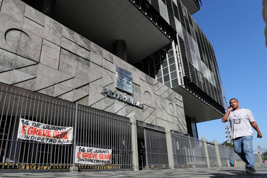 Funcionários da Petrobras iniciaram uma greve de 24 horas na madrugada desta sexta-feira, em refinarias e terminais de oito Estados, em protesto contra a reforma da Previdência -  14/06/2019