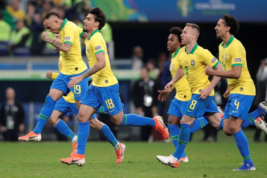 Jogadores da Seleção Brasileira comemoram após derrotarem paraguaios na cobrança das penalidades máximas - 27/06/2019