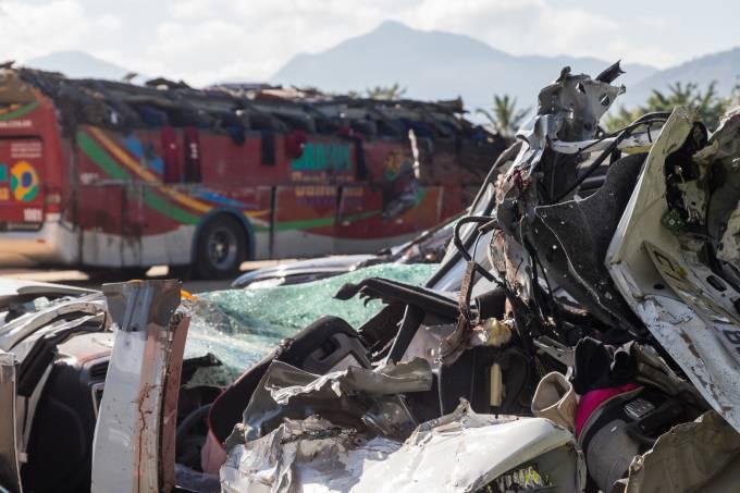 Acidente com ônibus e carro mata dez em rodovia