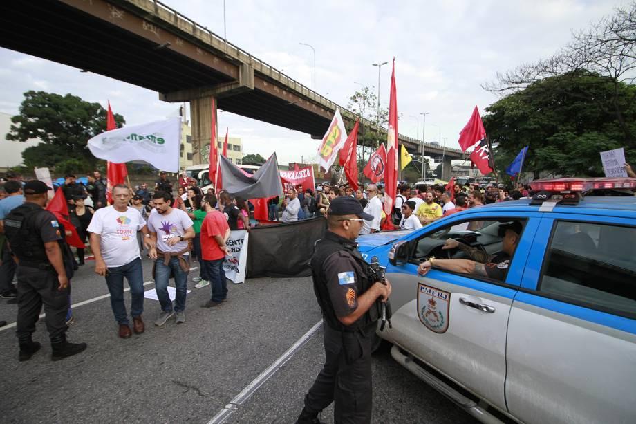 Movimento Sem Teto realiza protesto na região da Rodoviária Novo Rio, Zona Portuária do Rio de Janeiro (RJ), durante greve geral convocada por sindicatos contra a Reforma da Previdência - 14/06/2019
