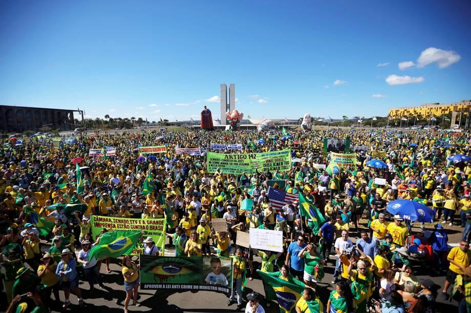 Manifestantes se aglomeram nos arredores do Congresso Nacional, em Brasília (DF), durante protesto a favor do ministro Sergio Moro e da Operação Lava-Jato - 30/06/2019