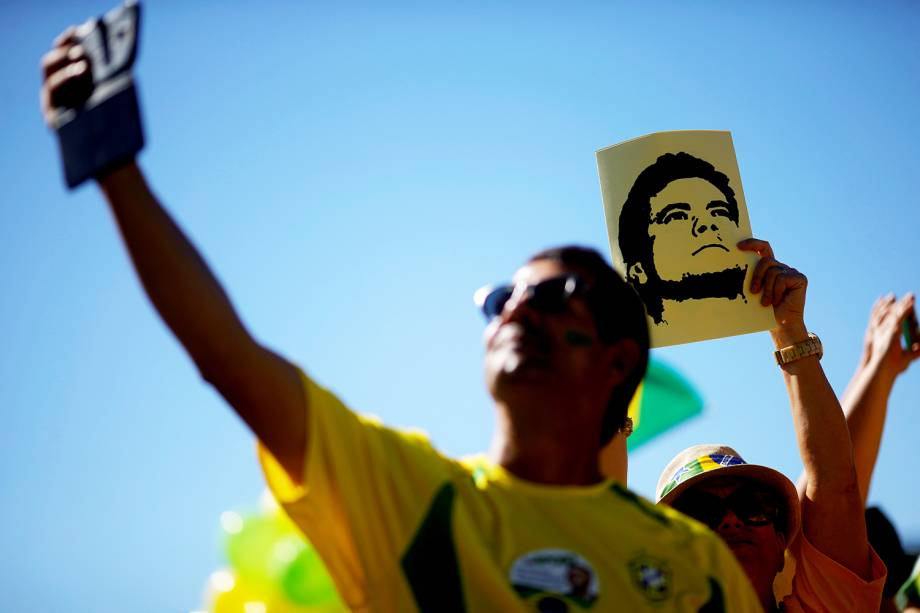 Manifestantes faz selfie durante protesto realizado em Brasília (DF) a favor do ministro Sergio Moro e da Operação Lava-Jato - 30/06/2019