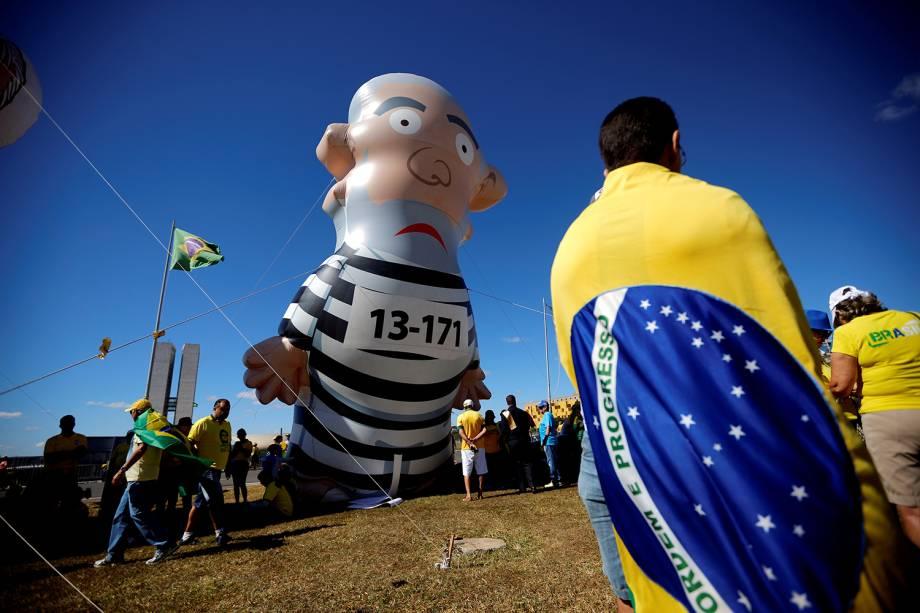 Pixuleco do ex-presidente Lula  é erguido durante protesto realizado em Brasília (DF) - 30/06/2019
