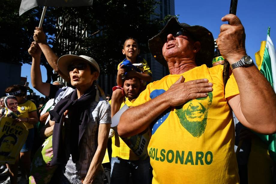 Apoiadores do presidente Jair Bolsonaro e do ministro Sergio Moro gritam palavras de ordem durante protesto realizado na Avenida Paulista, em São Paulo (SP) - 30/06/2019