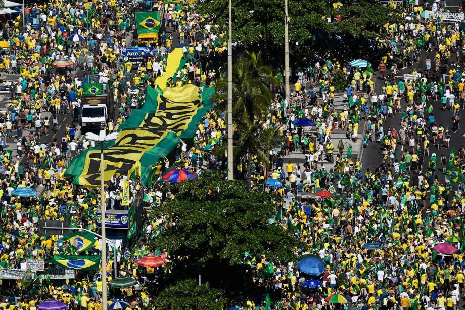 Vista aérea mostra manifestantes nos arredores da Praia de Copacabana, no Rio de Janeiro (RJ), durante protesto a favor do ministro Sergio Moro - 30/06/2019