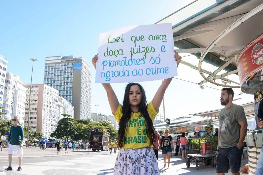 Manifestantes participam de ato em apoio ao ministro da Justiça e da Segurança Pública,  Sergio Moro, e à Operação Lava Jato no posto 5 da Praia de Copacabana, na zona sul do   Rio de Janeiro (RJ) - 30/06/2019
