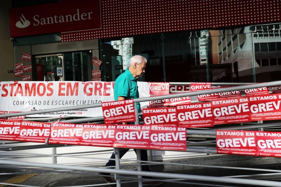 Homem caminha próximo de agência bancária fechada durante greve geral em São Paulo (SP) - 14/06/2019